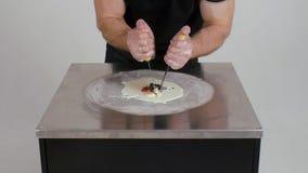 Proces robić smażącemu lody klamerka Tajlandia smażył lody rolki przy mróz niecką Organicznie, naturalny staczający się lód, zdjęcie wideo