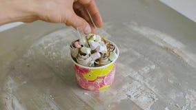 Proces robić smażącemu lody klamerka Tajlandia smażył lody rolki przy mróz niecką Organicznie, naturalny staczający się lód, zbiory