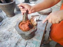 Proces robić Smażącym Rybim tortom w moździerzu obraz royalty free