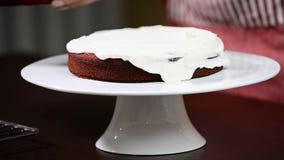Proces robić tortowi Ciasto zakrywający tort śmietanką zbiory