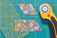 Proces rozcięcie kawałki tkanina w formie diamentów tworzyć kołderkę obrazy royalty free