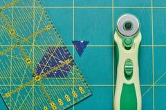 Proces rozcięcie kawałki tkanina w formie sześciokątów tworzyć kołderkę obrazy royalty free