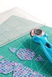 Proces rozcięcie kawałki tkanina w formie sześciokątów tworzyć kołderkę zdjęcia royalty free