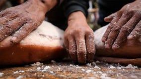 Proces rozszerzanie się sól na baleronie równo i naciska je wielokrotnie robić Nuodeng baleronowi w wsi Chiny zdjęcie stock