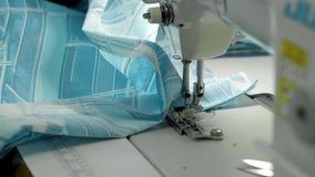 Proces stebnowanie na patchwork koc zakończeniu w górę szwalnej maszyny wręcza produkcję zbiory