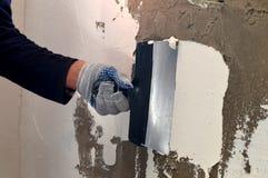 Proces stosować białego kit na betonowej szarości ścianie Obraz Stock
