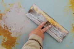Proces stosować drugi warstwę kit kielnia dla lekkich tynk ścian Zdjęcie Stock