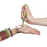 Proces stosować mehendi na kobiety ręce Zdjęcia Royalty Free