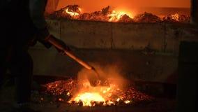 Proces topić metal przy rośliną w pu Pracownicy usuwają odżużlać uzyskiwać czystego aliaż, zbiory wideo