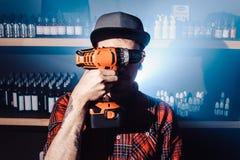Proces usługiwać machinalnego vape przyrząd Mistrz zamienia drut dla dymić Ecig rapairing proces Fotografia Stock