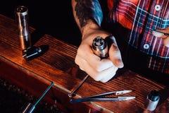 Proces usługiwać machinalnego vape przyrząd Mistrz zamienia drut dla dymić Ecig rapairing proces Obrazy Royalty Free