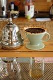 Proces van druipende koffie op tribune royalty-vrije stock foto's