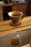Proces van druipende koffie op tribune stock foto
