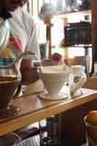 Proces van druipende koffie op tribune royalty-vrije stock fotografie