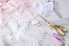 Proces van het naaien elegent lingerie Het naaien proces, gouden en zilveren schaar, spelden, spoelen van draad en spelden stock foto's