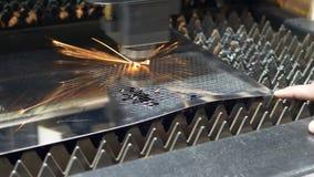 Proces van industrieel laserknipsel van bladmetaal stock footage