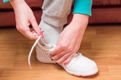 Proces van kleding van witte sportentennisschoenen Royalty-vrije Stock Afbeelding