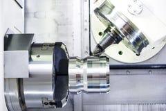 Proces van metaal die aan werktuigmachine werken royalty-vrije stock afbeelding