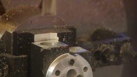 Proces van metaalbewerking Het nauwkeurige werk aangaande het product stock videobeelden