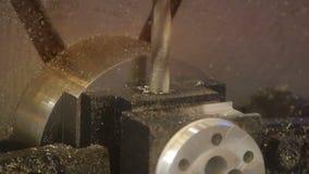 Proces van metaalbewerking Het nauwkeurige werk aangaande het product Nieuw elektrisch gereedschap stock videobeelden