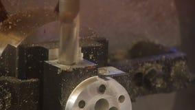 Proces van metaalbewerking Het nauwkeurige werk aangaande het product Nieuw elektrisch gereedschap Sluit omhoog stock video