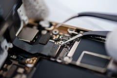 Proces van mobiele telefoonreparatie stock afbeeldingen