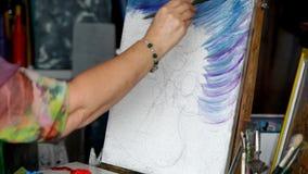 Proces van olieverfschilderij, het beeld van kunstenaarsverven op canvas Zonnebloemen stock footage