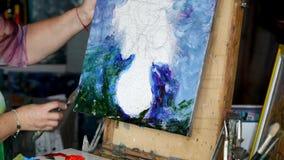 Proces van olieverfschilderij, het beeld van kunstenaarsverven op canvas Zonnebloemen stock video