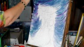 Proces van olieverfschilderij, het beeld van kunstenaarsverven op canvas Zonnebloemen stock videobeelden