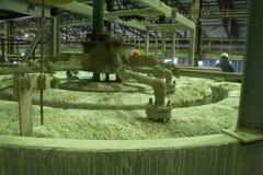 Proces van oprichting in tanks op een chemische installatie Stock Foto's