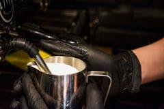 Proces van voorbereiding van een cappuccino Werk barista in koffiewinkel Afstraffing van melk in melkverkoper stoomboot De machin stock foto's