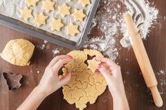 Proces wytłaczań piernikowi ciastka w formie gwiazdy obrazy royalty free