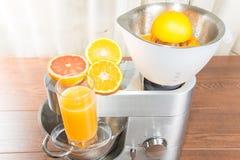 Procesador de alimentos con la prensa de la fruta cítrica Imagen de archivo libre de regalías