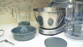 Procesador de alimentos multifuncional desmontado en encimeras de la cocina Estudio de las piezas del procesador de alimentos metrajes