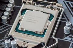 Procesador de Intel i5 8500 en la placa madre de la PC fotografía de archivo