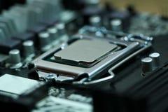 Procesador de la CPU instalado en un zócalo de la placa madre Fotos de archivo libres de regalías