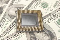 Procesador de la PC en backgr del dinero Fotografía de archivo libre de regalías