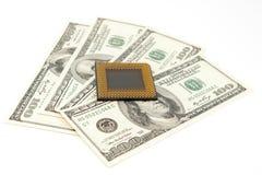 Procesador de la PC en fondo del dinero Foto de archivo