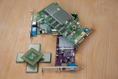Procesadores y tarjetas gráficas del ordenador en la mesa Fotos de archivo libres de regalías