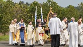 Procesión católica tradicional en Baviera rural Fotografía de archivo libre de regalías