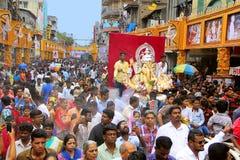 Procesión de Ganpati con el ídolo de Ganapti y la muchedumbre enorme, durante el festival de Ganapati foto de archivo libre de regalías