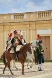 Procesión de jinetes en uniforme histórico a partir del período de Napoleon Bonaparte en la gran corte del castillo de Slavkov-Au imágenes de archivo libres de regalías