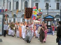 Procesión de Krishna de las liebres en St Petersburg Foto de archivo libre de regalías