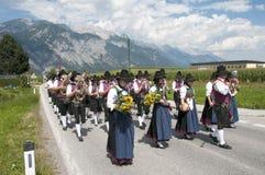 Procesión de la ascensión de Maria en Axams Austria foto de archivo libre de regalías