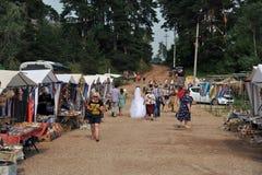 Procesión de la boda en un pueblo justo Foto de archivo libre de regalías