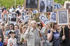 Procesión de la gente en el regimiento inmortal en la victoria anual Foto de archivo libre de regalías