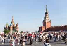 Procesión inmortal en Victory Day - millares del regimiento de gente que marcha a lo largo de la Plaza Roja con las banderas y lo Fotos de archivo libres de regalías
