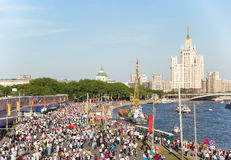 Procesión inmortal en Victory Day - millares del regimiento de gente que marcha a lo largo del terraplén del río de Moskva en dir Fotos de archivo libres de regalías