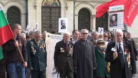 Procesión solemne cerca de la iglesia de St Alexander Nevsky Cathedral en la capital búlgara Sofía metrajes