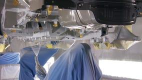 Proceso automático de las partes inferiores de la cubierta del nuevo coche por los compuestos el anti-corrosivo en la producción almacen de metraje de vídeo